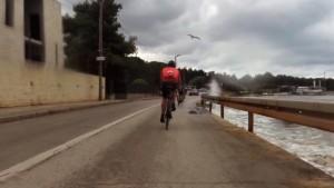 Tistale pršica v zraku je sedla ravno na Bojanovo kolo !